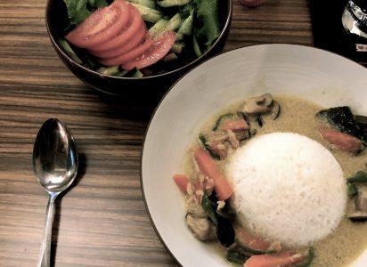 赤いサラダと緑のカレー